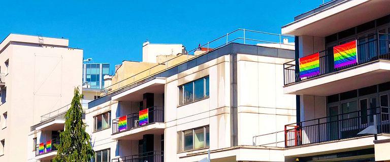 Tęczowa flaga na ambasadzie USA w Warszawie. Świętują Miesiąc Dumy