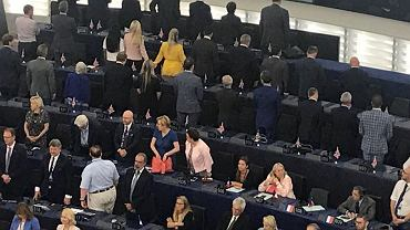 Inauguracyjne posiedzenie Parlamentu Europejskiego. Europosłowie z ugrupowania Brexit odwrócili się plecami podczas hymnu UE