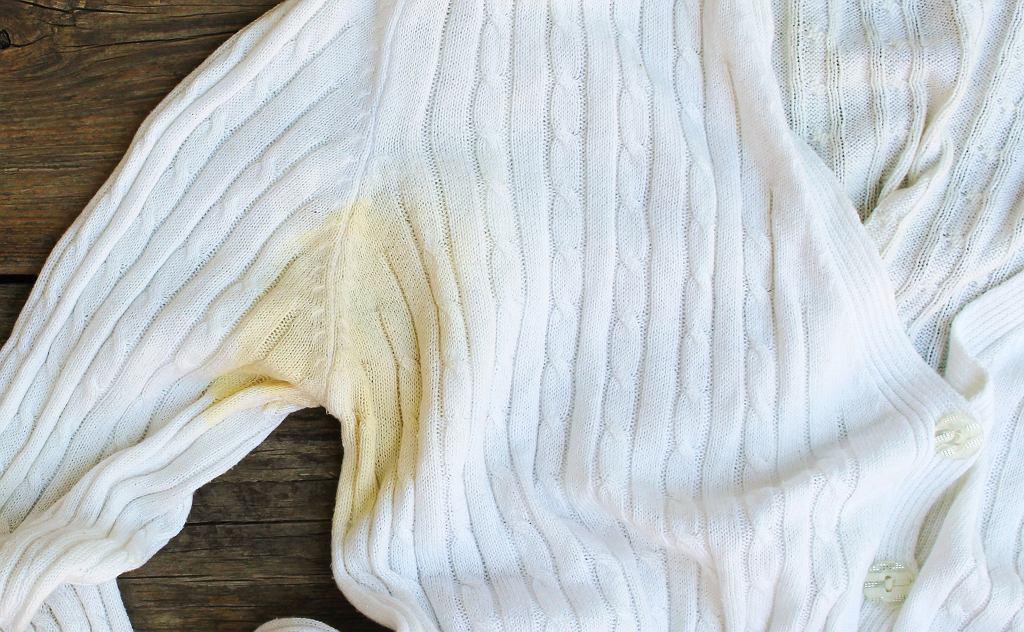 Brzydkie plamy z potu i dezodorantu pod pachami? Prosty sposób, dzięki któremu łatwo je usuniesz (zdjęcie ilustracyjne)
