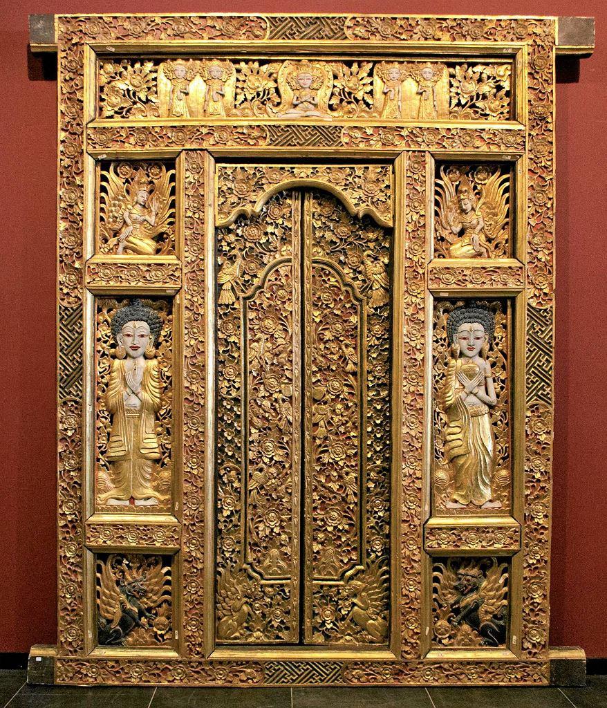 Brama świątynna, anonimowy rzeźbiarz balijski, XX w.Wystawa 'Magia i sztuka Bali'. /  Brama świątynna, anonimowy rzeźbiarz balijski, XX w. Wystawa 'Magia i sztuka Bali'.