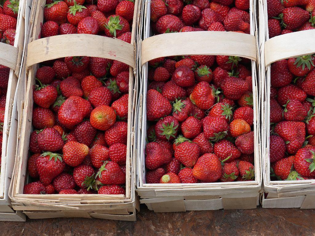 Łubianki pełne pięknych, czerwonych truskawek kuszą ze straganów.