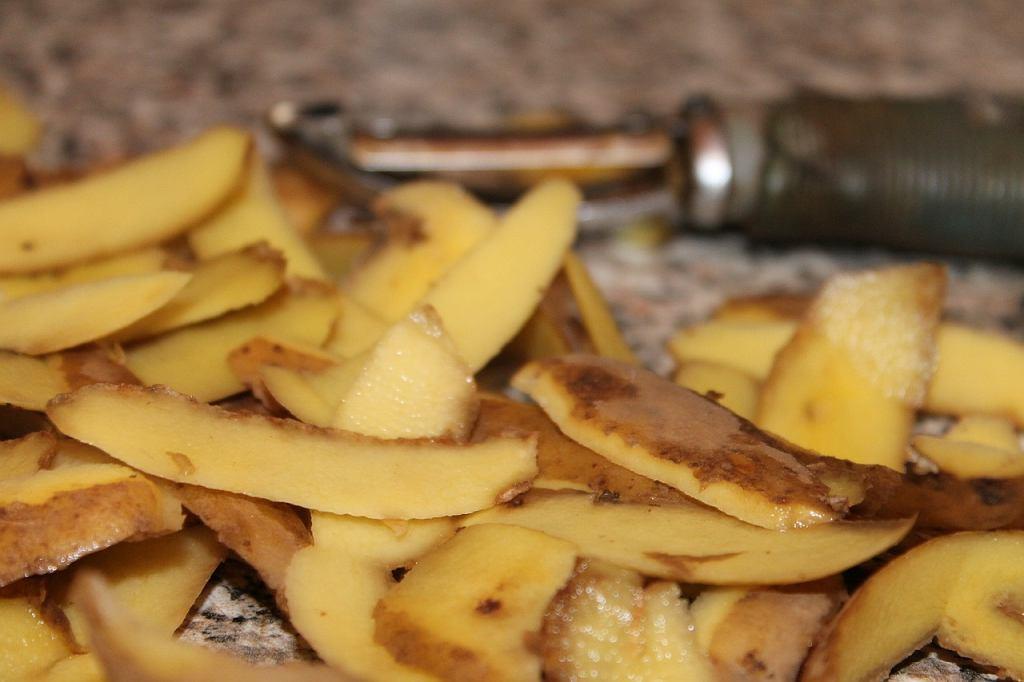 Obierki z ziemniaków i marchewki nie muszą lądować w koszu, bo świetnie sprawdzą się jako pyszne czipsy