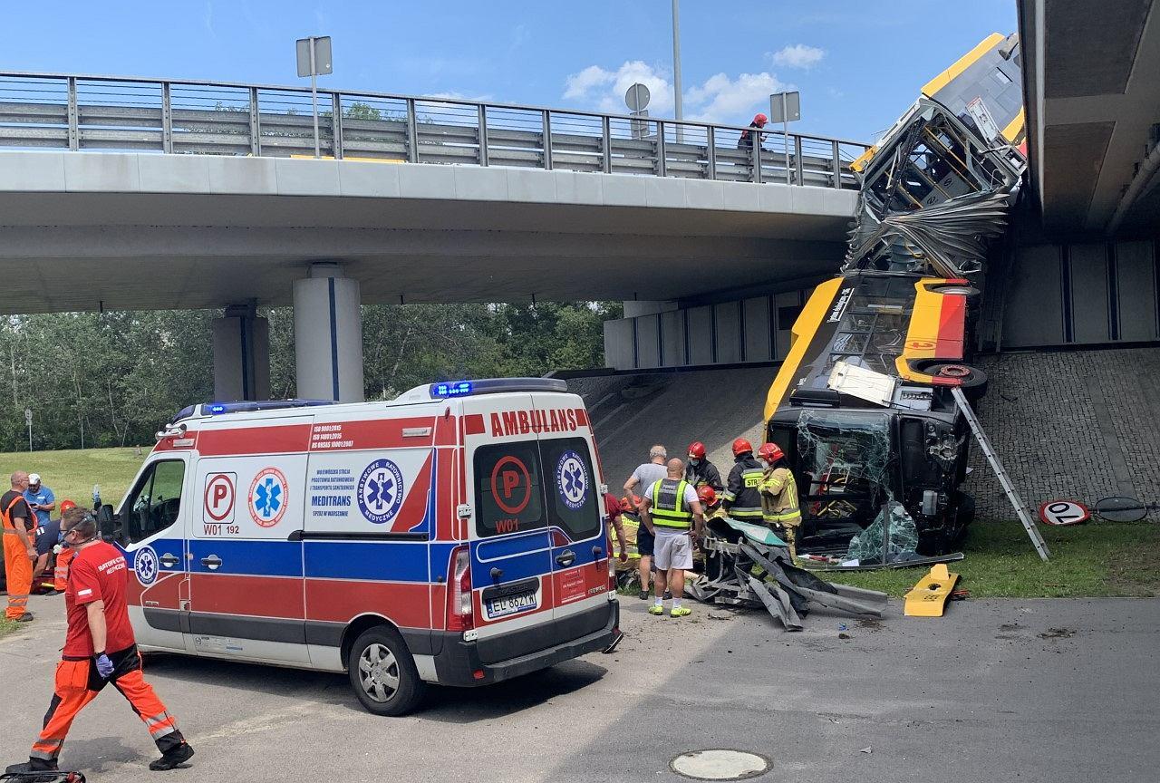 Warszawa - tragiczny wypadek S8. Autobus spadł z mostu na Wisłostradę. Tworzą się korki