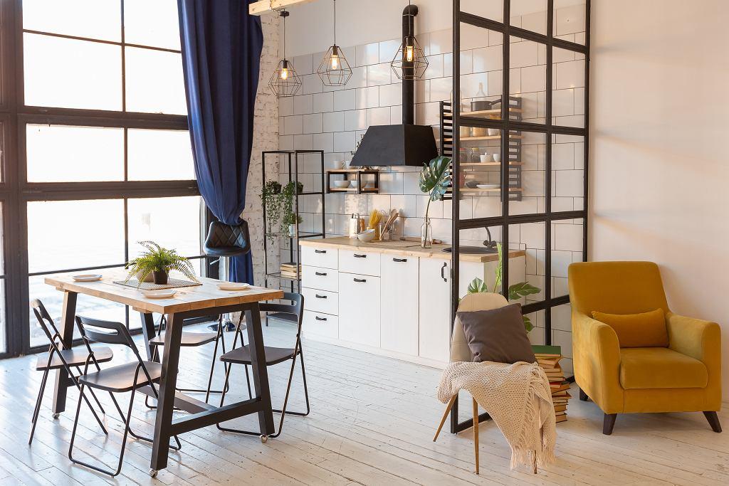 Małe mieszkanie z kuchnią.
