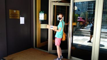 Wybory prezydenckie 2020. Głosowanie za granicą. Barbara Ogar i inni Polacy w Barcelonie organizują się, żeby ich karty wyborcze dotarły do konsulatu na czas.