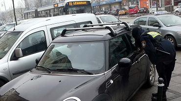 Częstochowa, tzw. tłusty czwartek, 8 lutego 2018 r. Strażniczki miejskie szukały rodziców dziecka zostawionego w zamkniętym samochodzie na parkingu w II Alei. W tym czasie tata stał w kolejce po pączki