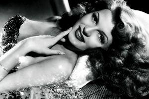 Rita Hayworth. Kazali jej usunąć cały pas włosów z czoła, przefarbować się na rudo, a skórę rozjaśnić tajemniczymi specyfikami