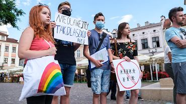 Młodzi z Podkarpacia biorą politykę w swoje ręce. Na zdjęciu pokojowa manifestacja 'Nie hejtujcie Podkarpacia'