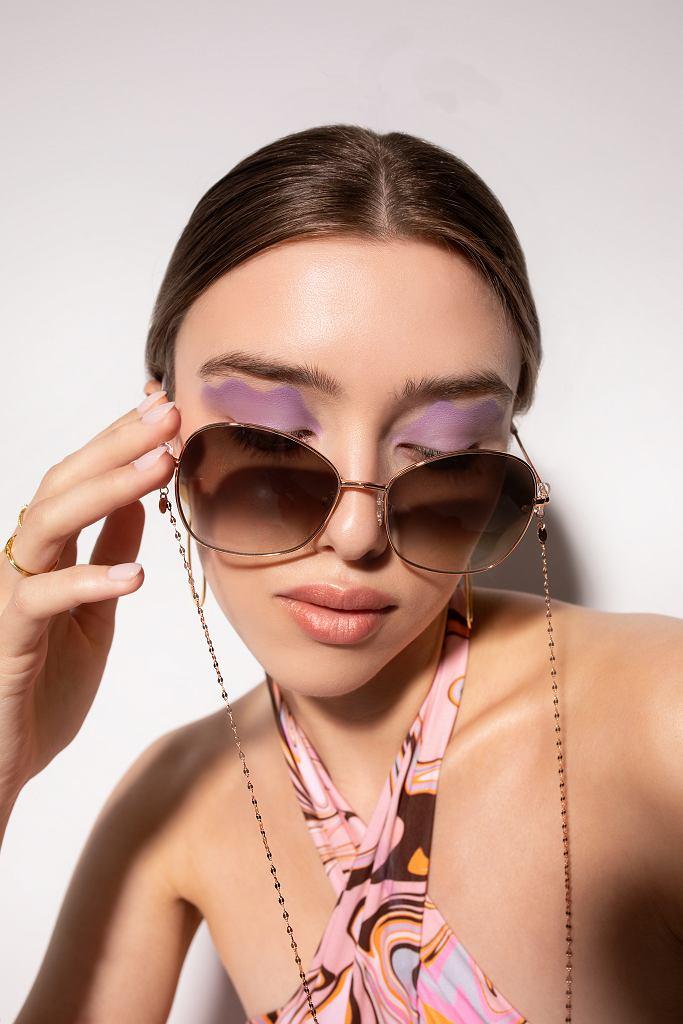Ania Kruk x JAI KUDO - kolekcja okularów przeciwsłonecznych. Na zdjęciu model Alexa