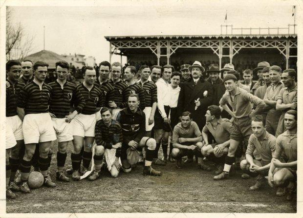 WKS Legia Warszawa (ciemne stroje) i Juventus Bukareszt przed meczem w Bukareszcie w 1931 r. / fot. zbiory Archiwum Fotograficznego MSiT