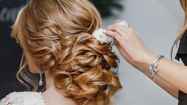 Proste fryzury idealne na wesele. Jak szybko i łatwo uczesać się na ślub?