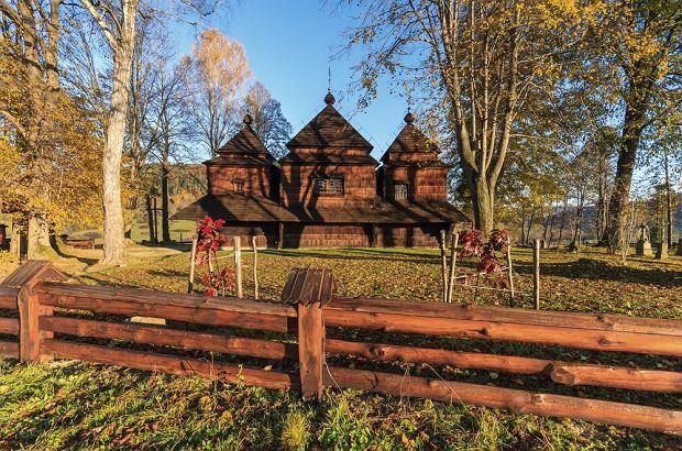 Jedna z bieszczadzkich cerkwi jesienią / shutterstock
