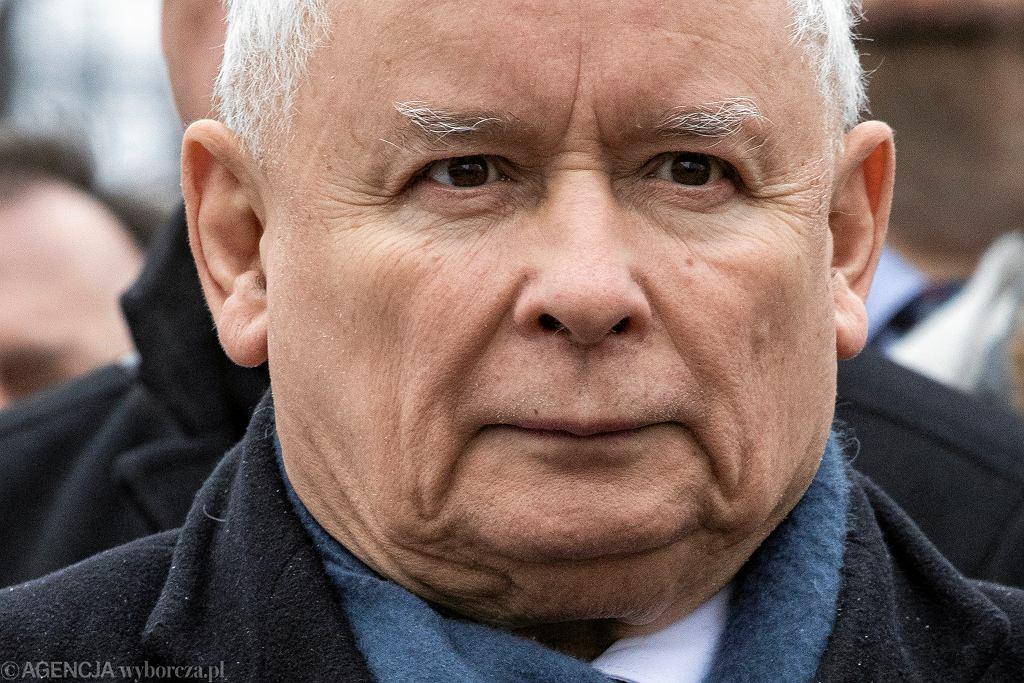Prezes PiS Jarosław Kaczyński podczas porannych obchodów kolejnej miesięcznicy smoleńskiej. Warszawa, 10 lutego 2018