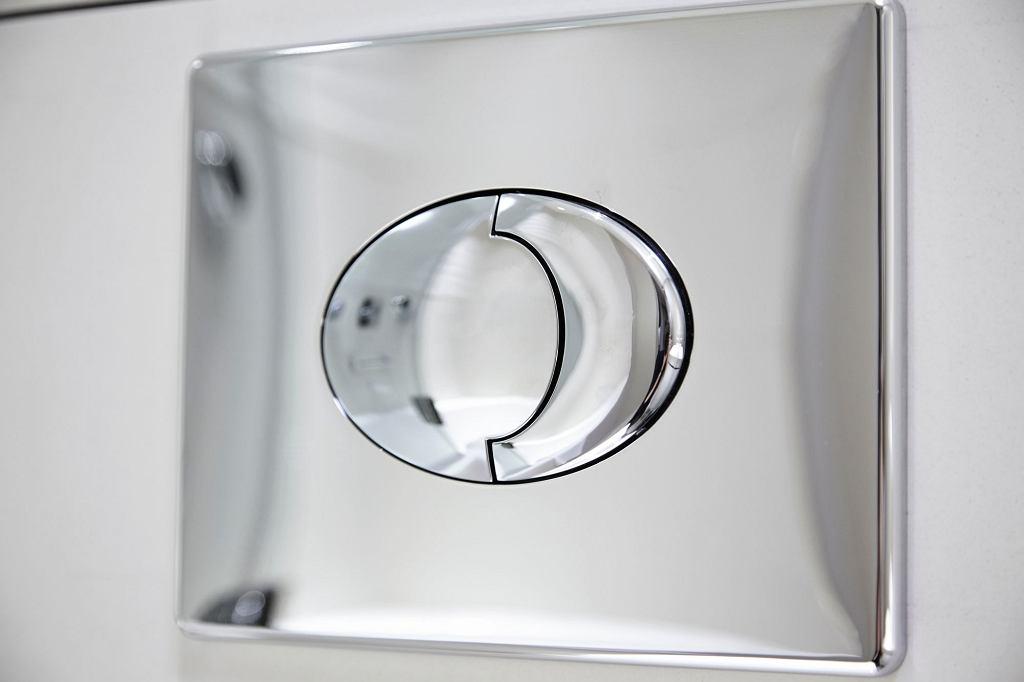 Aby zaoszczędzić wodę, używaj podwójnej spłuczki w toalecie