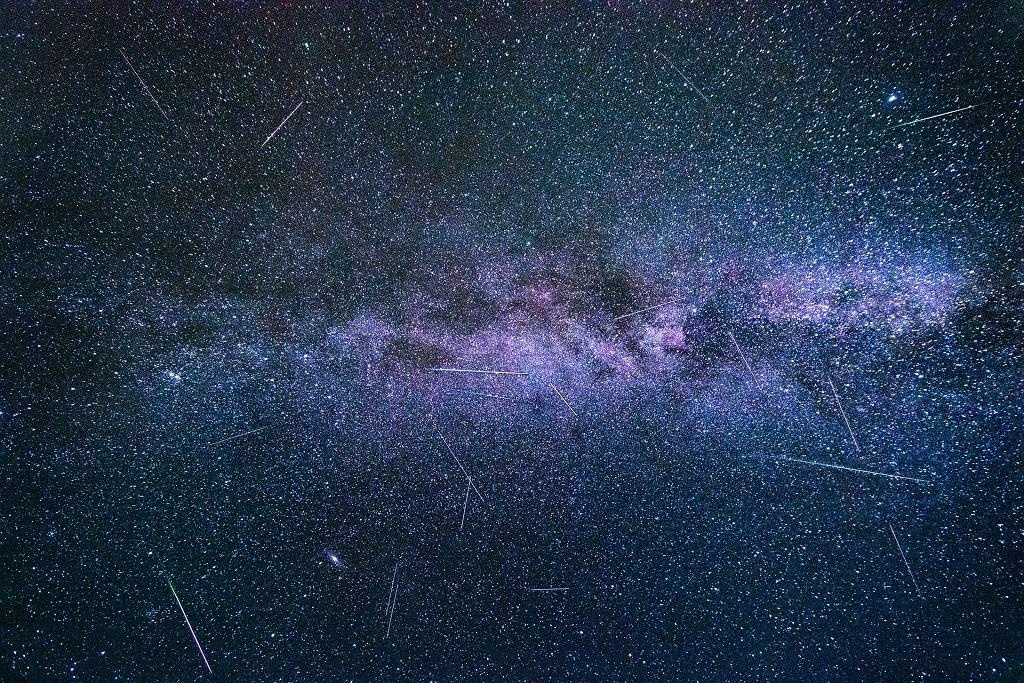 Perseidy. Spadające gwiazdy (zdjęcie ilustracyjne)