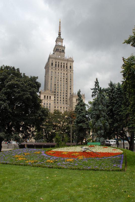 Zegar kwiatowy przed pałacem kultury