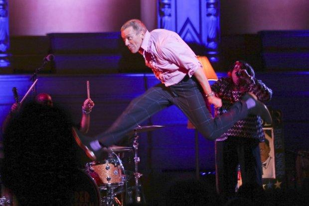 Hugh Laurie podczas występów z