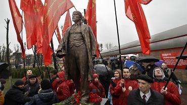 Członkowie Komunistycznej Partii Białorusi pod pomnikiem Lenina w Mińsku, 7 listopada 2016 r.