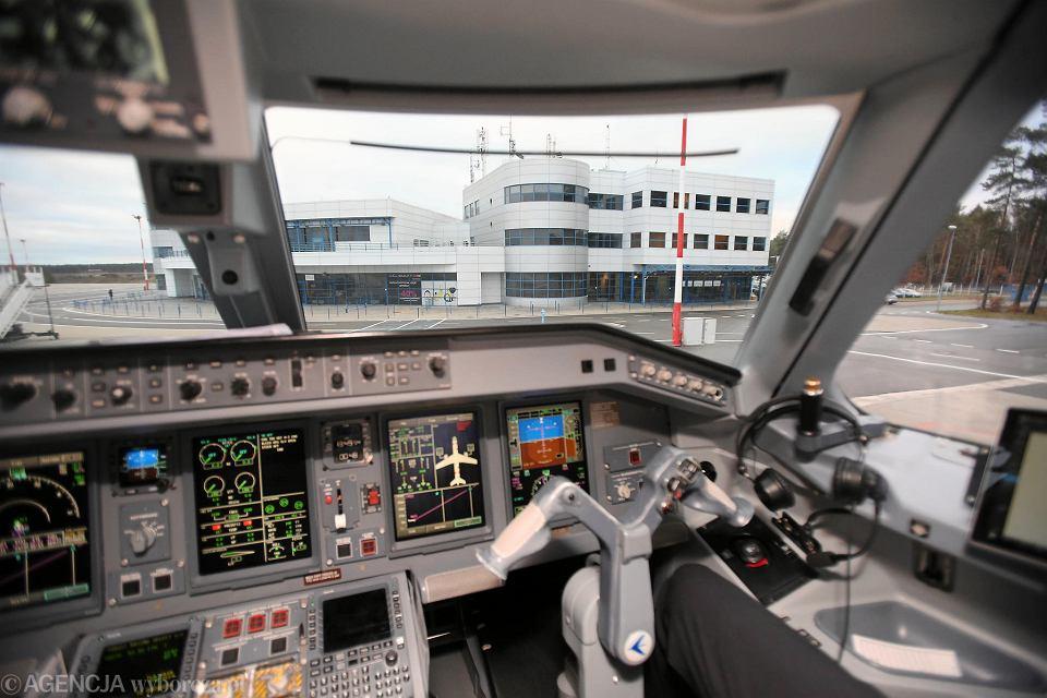 Terminal lotniska w Goleniowie. Widok z kokpitu samolotu Embraer 175 latającego ze Szczecina do Warszawy w barwach LOT-u