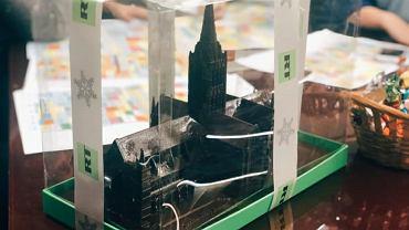 Czekoladowy model katedry w Salisbury przesłany do redakcji rosyjskiej niezależnej telewizji Dożd