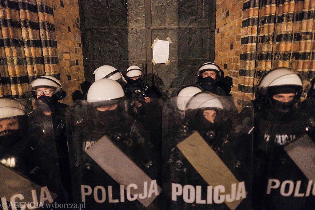 Poznań, 25 października. Manifestacja pod poznańską katedrą