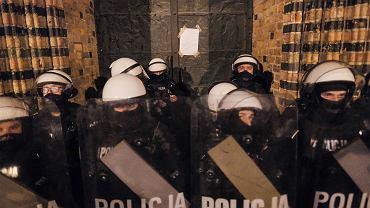 Policja chce podwyżek na czas epidemii. I apeluje do protestujących