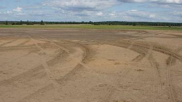 Zniszczony pas startowy lotniska w Hajnówce