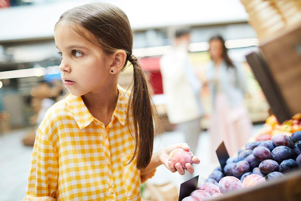 Gdy dziecko kradnie pomimo rozmów, a i konsekwencji rodziców, być może kryją się za tym poważniejsze problemy związane z rozwojem emocjonalnym.