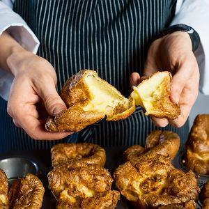 Upieczony pudding jest złotobrązowy, puszysty i chrupiący. Lekko zapada się na środku, tworząc miejsce na sos.