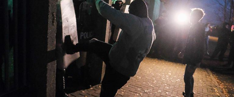 Śmierć 21-latka w Koninie. Protest przed komendą, w ruch poszły kamienie