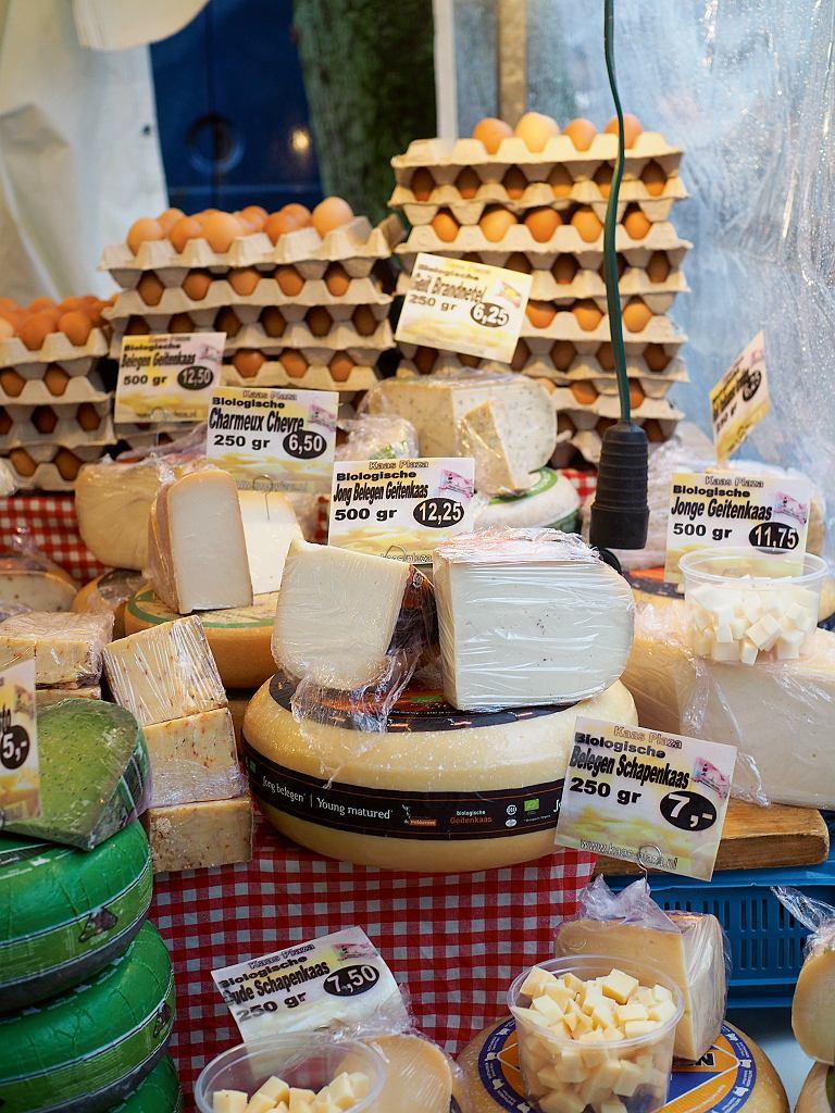 Stoisko z serami na Noordermarkt, sobotnim bazarze w dzielnicy Jordaan