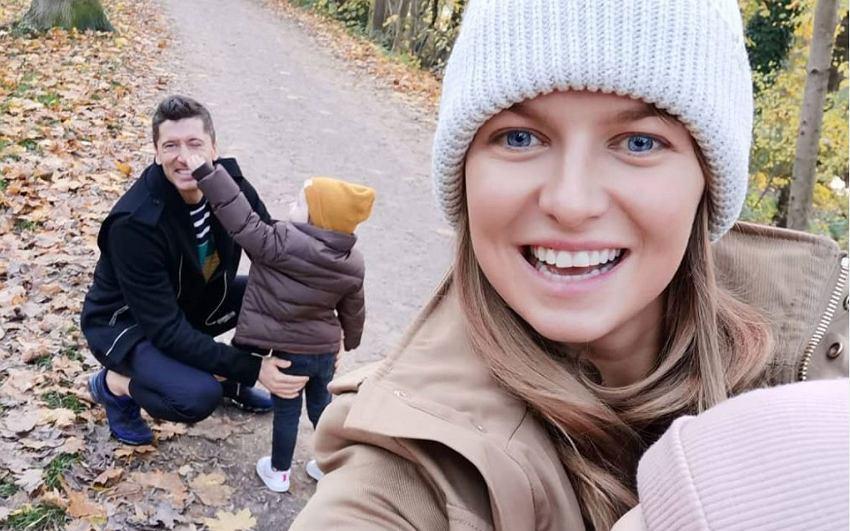 Zdjęcie Anny i Roberta Lewandowskich na spacerze w lesie wzbudziło wielkie zainteresowanie ich fanów.