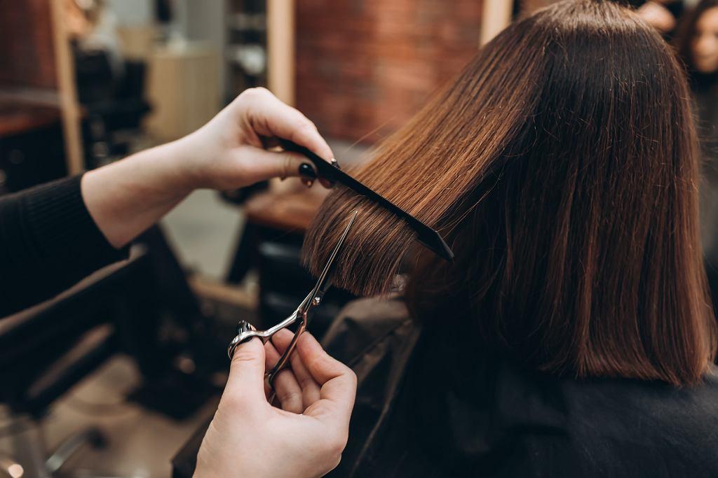 Modne krótkie fryzury dla pań po 60-tce. Te hitowe cięcia wizualnie odmładzają nawet o 10 lat (zdjęcie ilustracyjne)