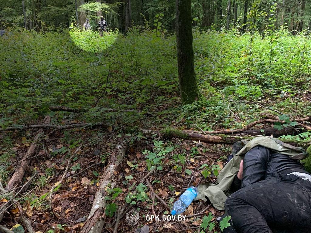 Zdjęcie opublikowane przez białoruską straż graniczną, pokazujące nieprzytomnego uchodźcę. W komunikacie napisano: 'W tym samym czasie polscy stróże prawa po przeciwnej stronie nonszalancko przyglądali się temu, co się dzieje'.