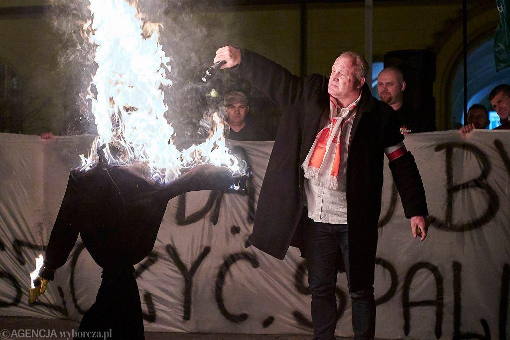 Członkowie i sympatycy ONR-u i Młodzieży Wszechpolskiej podczas antyeuropejskiej , antyislamskiej , wymierzonej przeciw uchodźcom pikiety na wrocławskim rynku