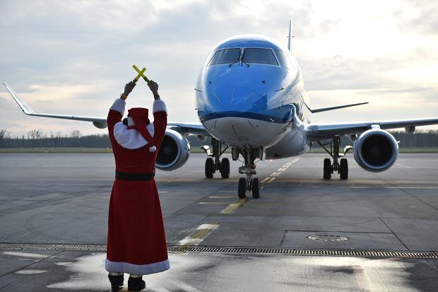 Zdjęcie numer 0 w galerii - Niecodzienny widok na wrocławskim lotnisku. Pasażerów witali i żegnali mikołaje-marszałkowie [ZDJĘCIA]