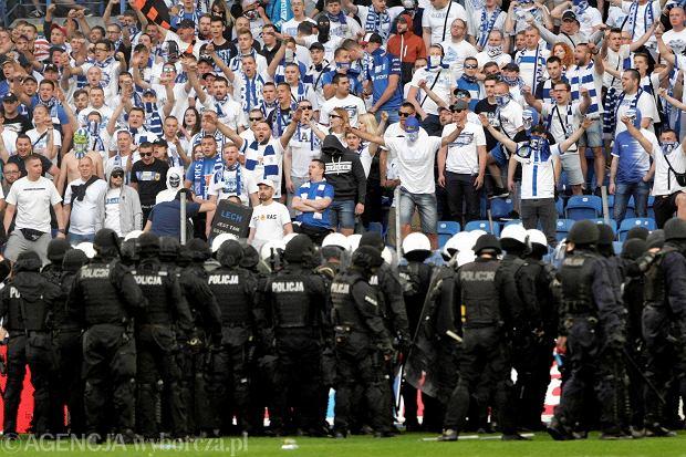20 maja, Mecz ekstraklasy: Lech Poznan - Legia Warszawa. Kibice wtargnęli na boisko, interweniowała policja