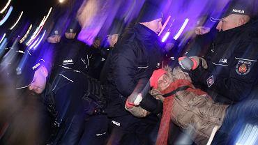 1.03.2019, Warszawa, Marsz Pamięci Żołnierzy Wyklętych, policja usuwa protestujących Obywateli RP