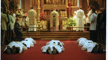 Arcybiskup Juliusz Paetz podczas mszy św., na której wyświęcił pięciu diakonów i trzech kapłanów dla Towarzystwa Chrystusowego Polonii Zagranicznej (katedra w Poznaniu, 22.05.2001)