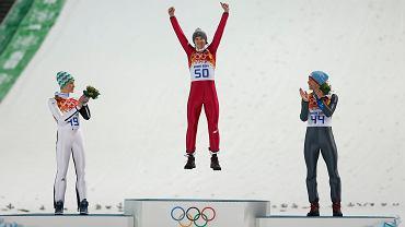 Kamil Stoch zdobył w niedzielę olimpijskie złoto w skokach na normalnej skoczni! Zobaczcie, jak się cieszył! Nie ma co się dziwić, styl zwycięstwa był fenomenalny - Stoch oddał skoki na odległość 105,5 m (rekord obiektu) oraz 103,5 m. To dało mu 12,7 pkt przewagi nad kolejnym zawodnikiem!<br><br> Na zdj. widzimy jak złoty Kamil Stoch skacze z radości, a srebrny Peter Prevc i brązowy Anders Bardal go oklaskują<br><br> Konkurs na dużej skoczni odbędzie się w sobotę 15. lutego, a drużynowy w poniedziałek 17. lutego