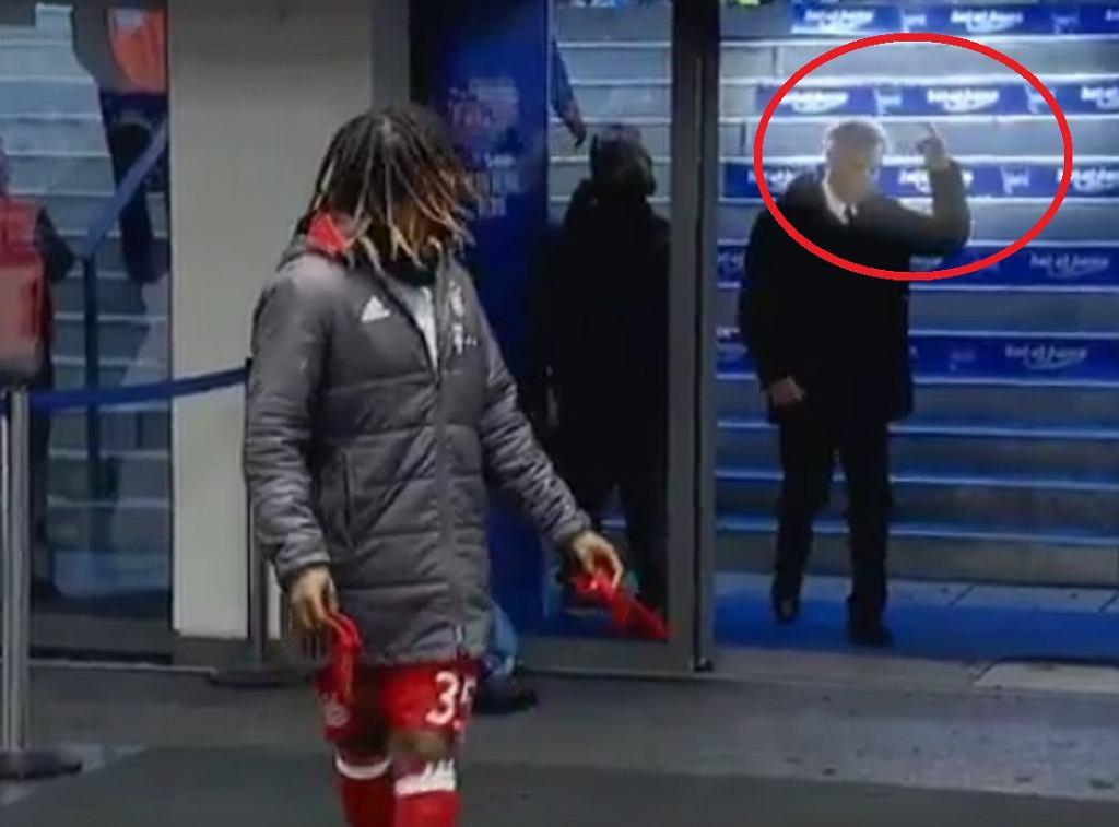 Carlo Ancelotti pokazuje środkowy palec kibicowi Herthy