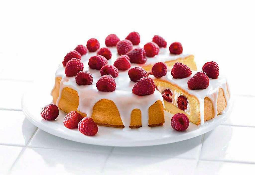 Biszkopt to podstawa tortów, wielu ciast kremowych oraz rolad.