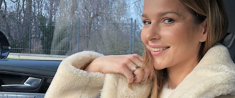 Paulina Sykut-Jeżyna nie popada w zły nastrój w Blue Monday. Olśniewa swoją krótką sukienką w róże polskiej marki