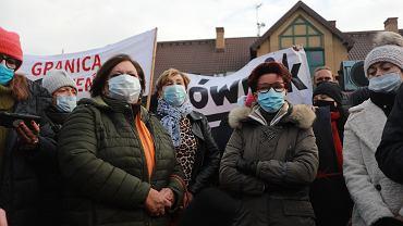 Protest Matki Na Granicy przed siedzibą Straży Granicznej z udziałem Jolanty Kwaśniewskiej i Anny Komorowskiej