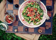 Ogórkowe wstążki z sosem pomidorowo-kolendrowym - ugotuj