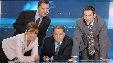 Rok 2004, nowa ekipa 'Wiadomości': Dorota Wysocka-Schnepf (zwolniona za Jacka Kurskiego, dziś w 'Wyborczej'), Kamil Durczok (później przez lata w TVN, do niedawna w Polsat News), Michał Adamczyk (w dobie 'dobrej zmiany' dostał kolejne programy). Stoi Krzysztof Ziemiec, wciąż w TVP jako główna gwiazda 'Wiadomości'