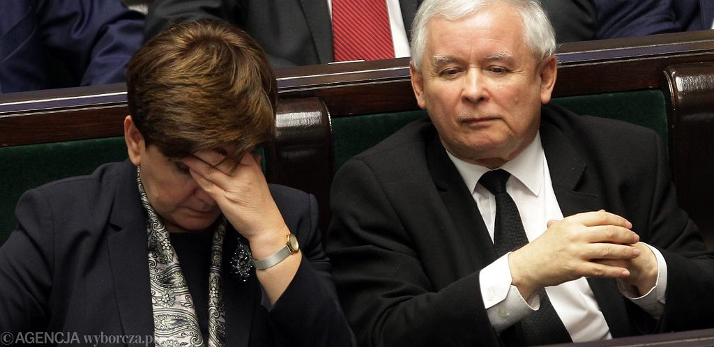 Prezes Jarosław Kaczyński i jego podwładna, premier rządu PiS Beata Szydło w sejmowych ławach. Warszawa, 22 grudnia 2015