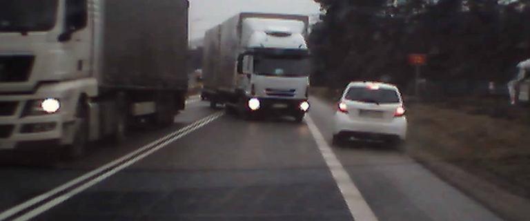 Busko-Zdrój: kierowcy osobówek ledwo uniknęli czołowego zderzenia z ciężarówką