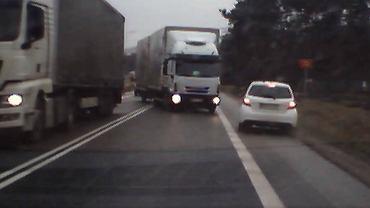 Kierowcy osobówek uniknęli czołowego zderzenia z ciężarówką na DK nr 73 w gminie Busko-Zdrój.