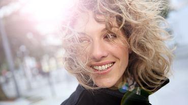 Fryzury dla cienkich i rzadkich włosów. Modne propozycje, które dodadzą objętości i zagęszczą pasma (zdjęcie ilustracyjne)